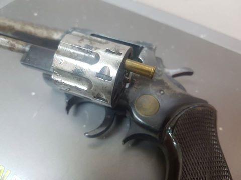 איים עם אקדח