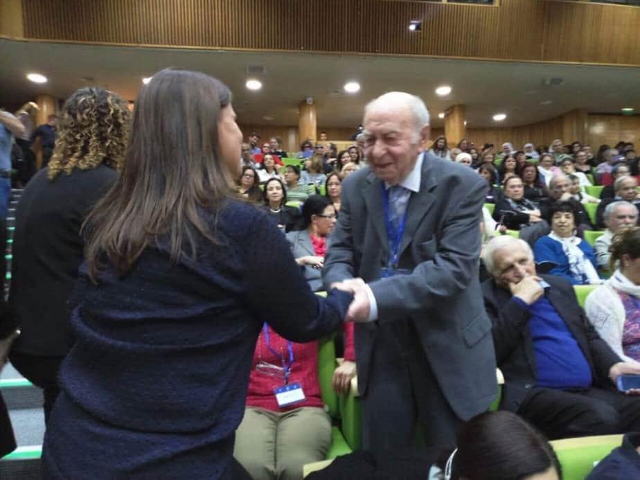 יצחק בקלצ'וק (90), המתנדב הוותיק ביישוב אשר מסייע לתלמידי גני תקווה בלימודי מתמטיקה, זכה במגן שר הרווחה למתנדב מצטיין לשנת 2016.