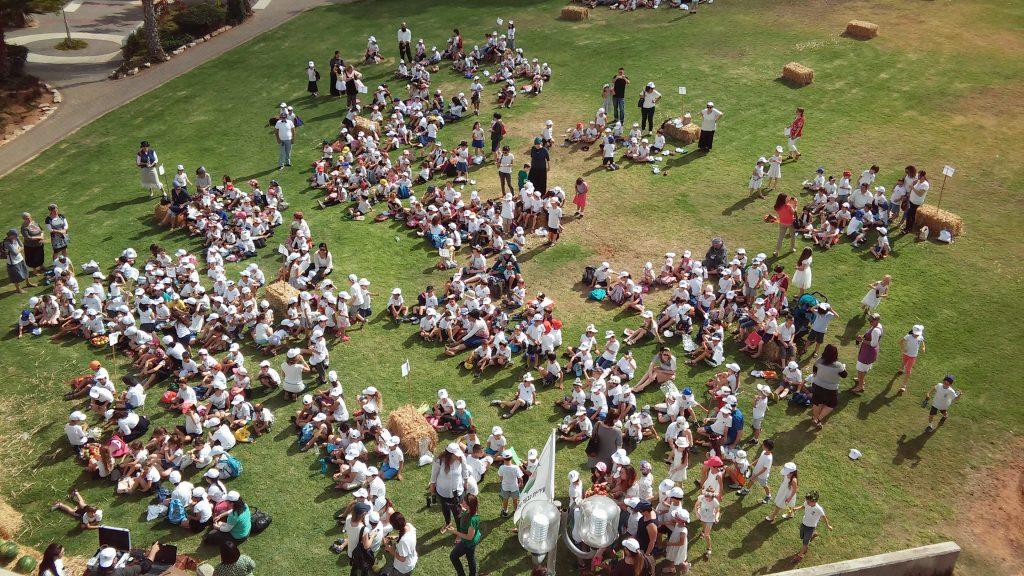 גבעת-שמואל :כ- 500 תלמידי כיתות א' חגגו את חג השבועות , והביאו ביכורים לכהן הגדול