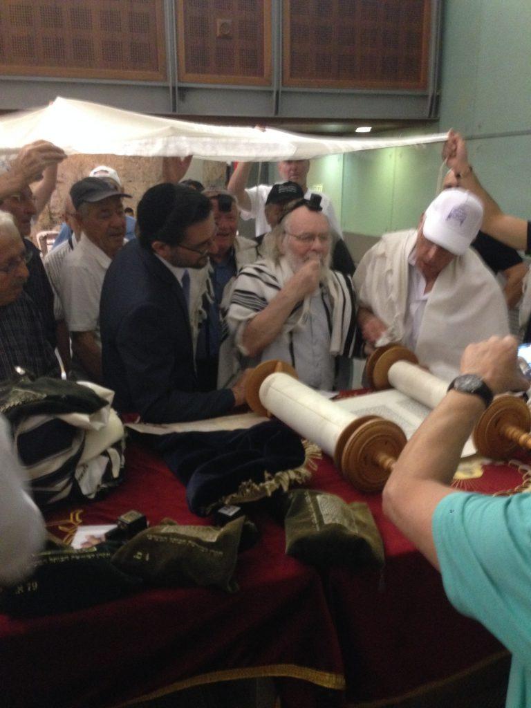 אירוע מרגש של פעם בחיים: 55 ניצולי שואה מגבעת שמואל נסעו לכותל לחגוג בר/בת מצווה לראשונה בחייהם