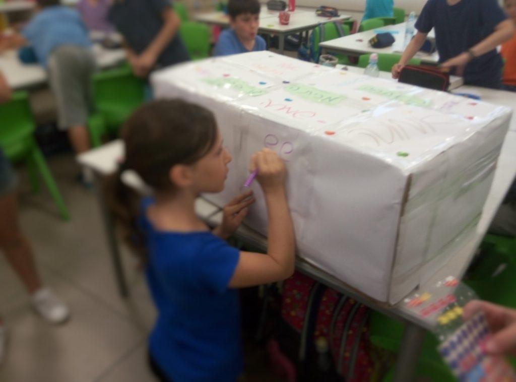 """בבית הספר """"אילות"""" בגני תקווה הפכו אגדה על נתינה בסתר למציאות ואספו תרומות עבור ילדים נזקקים"""