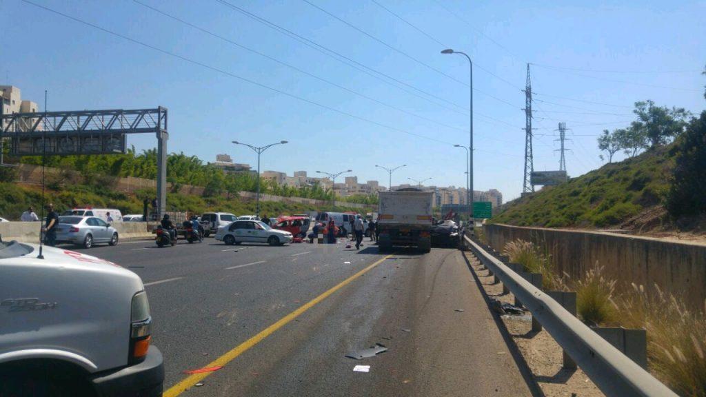 """שלוש מכוניות התנגשו בכביש 471 לכיוון מזרח. צוותי מד""""א קבעו את מותה של אישה כבת 30. גבר כבן 50 נפצע קשה ופונה לבית החולים בילינסון בפתח תקווה"""