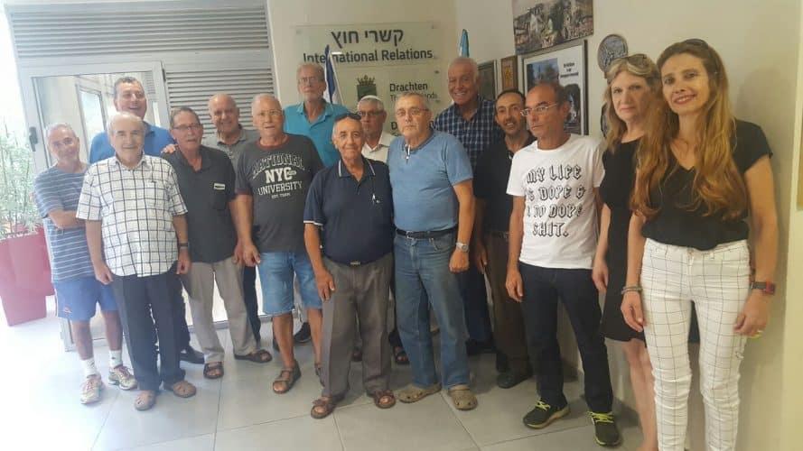 בתמונה: המסייעים עם ראש העיר ישראל גל, מנהל משאבי אנוש יוסי קדוש, מנהלת הבטיחות בדרכים אפרת מועלם ורכזת המסייעים חנה נעמת