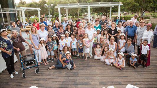 הסבים והסבתות עם הנכדים והנינים ביום הראשון של כיתה א מגדלי הים התיכון קרדיט אודי גורן