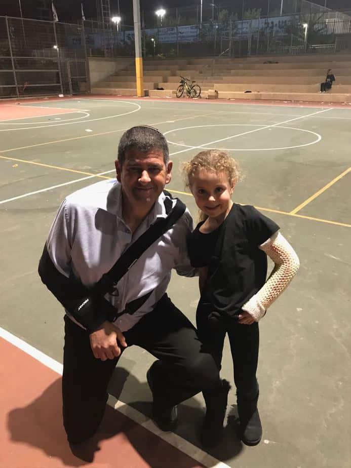 ראש עיריית גבעת שמואל יוסי ברודני ותלמידה