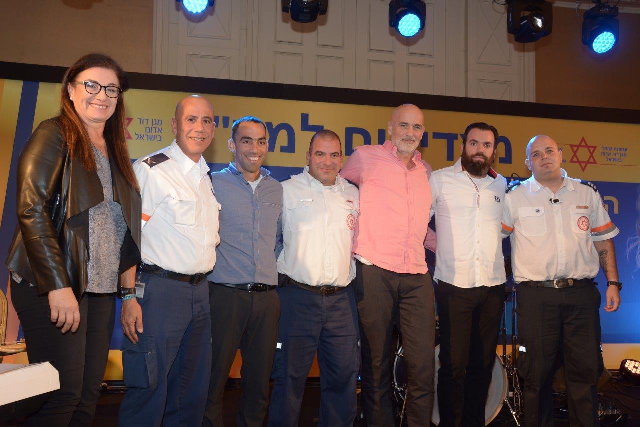 ישראל גרמולין וצוות מדא שהציל את חייו בערב הצדעה של אגודת שוחרי מדא בישראל - צילום אלירן אביטל דוברות מדא