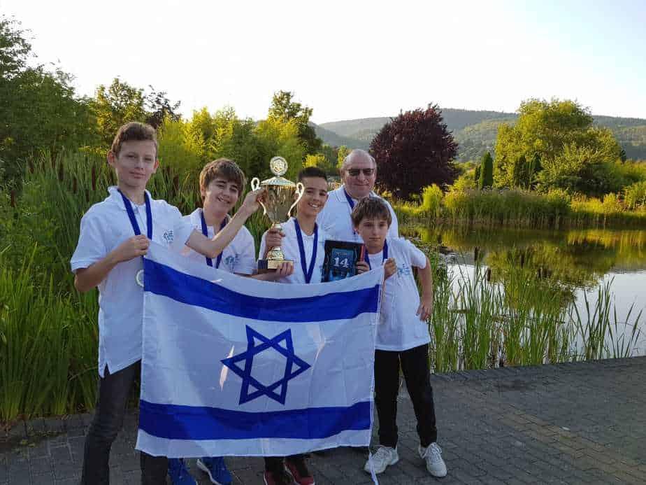 נבחרת השחמט עם דגל ישראל