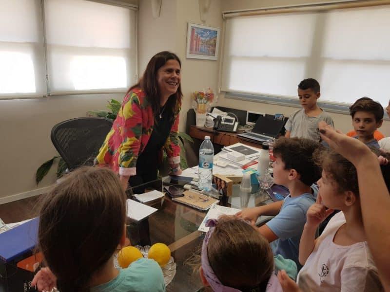 תלמידי בתי הספר מבקרים את ליזי דלריצ'ה