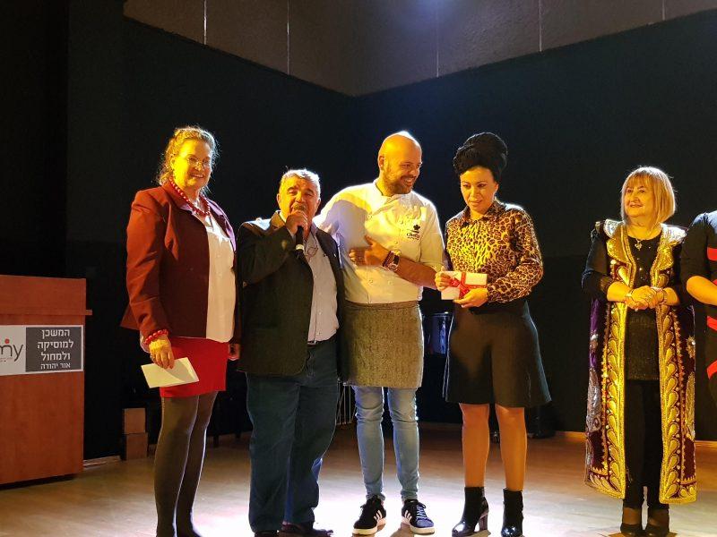 הזוכה אלוורה מושייב, השף רון יוחננוב, אברהם בורוכוב סגן ראש העיר, אסתי אשל מנהלת אגף הרווחה (1)