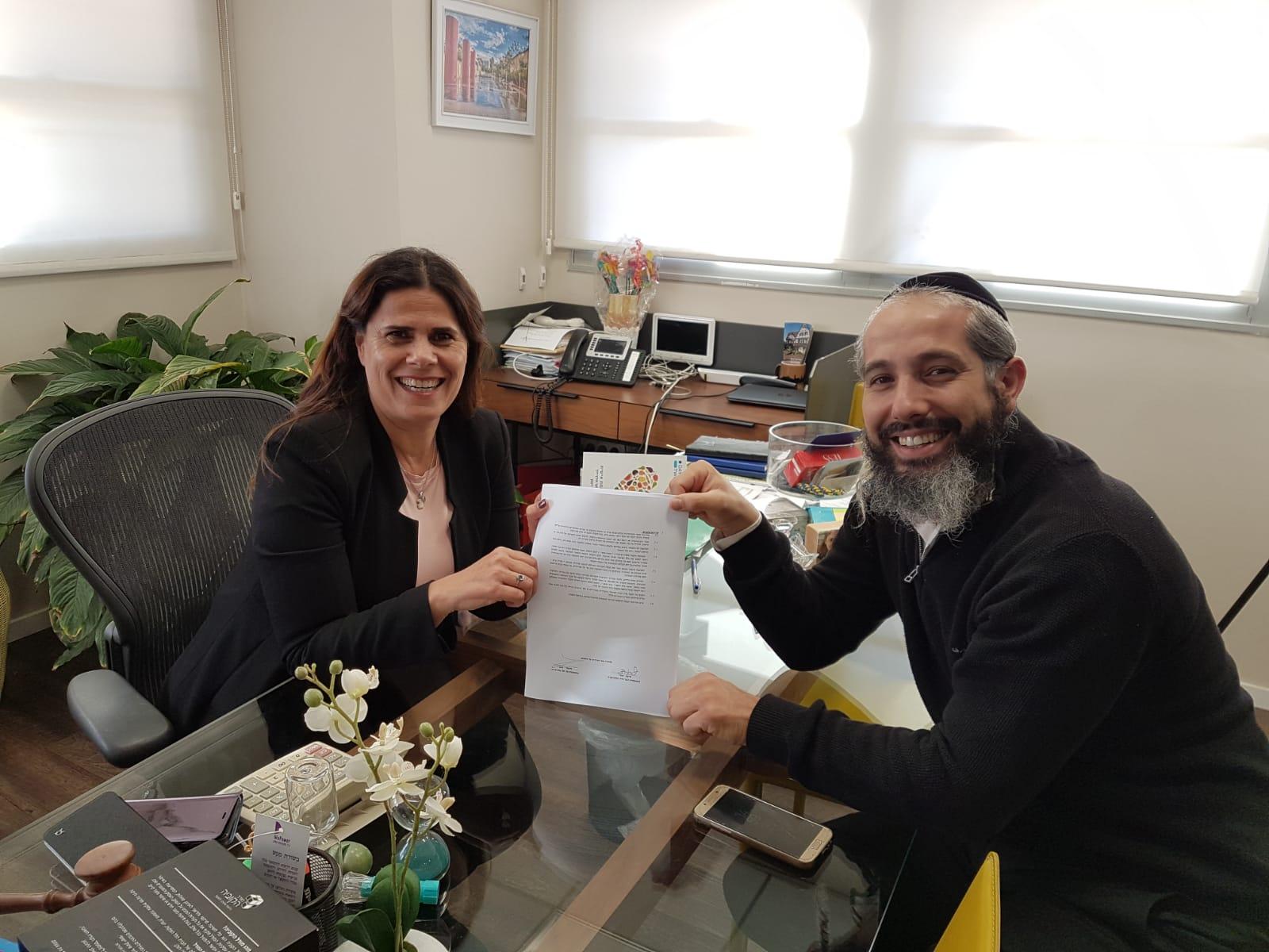 """בתמונה:ליזי דלריצ'ה ראש המועצה וטל מתיתיהו, ראש סיעת """"שגב"""" במעמד החתימה"""