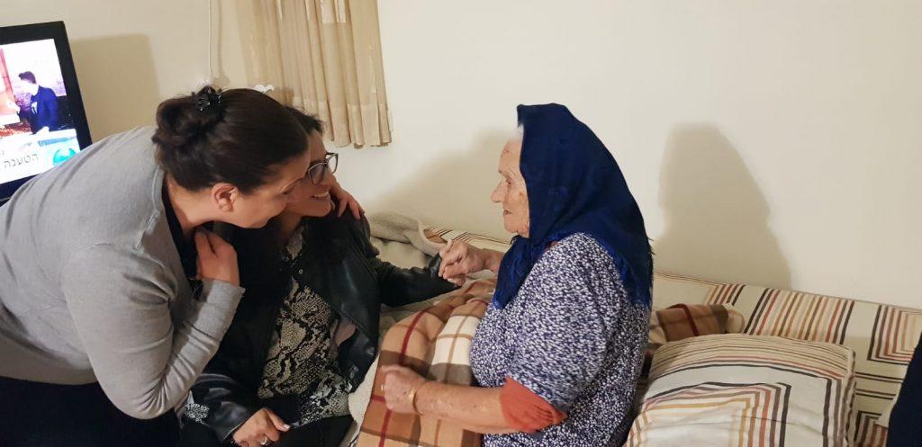 ליאת שוחט בבתי הקשישים עם הנוער