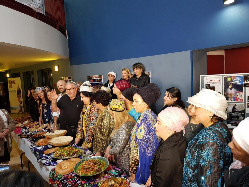 נשות הקהילה יחד עם מנחם הורוביץ