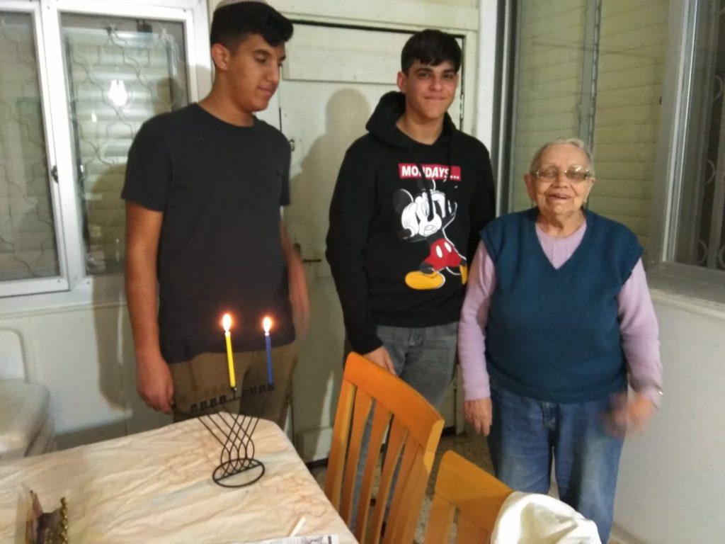 יהוד מונוסון- מדליקים נרות חנוכה