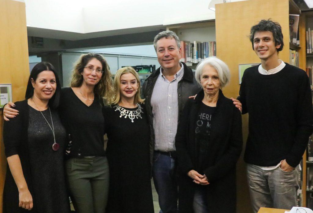 """ישראל גל עם השחקנית סנדרה שדה והמחזאית עדנה מזי""""א, (במרכז). משמאל דורית גונן גיטליס וליאת גרוסמן תמיר."""