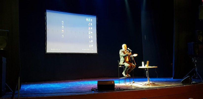 צבי יחזקאלי בזמן ההרצאה באור יהודה