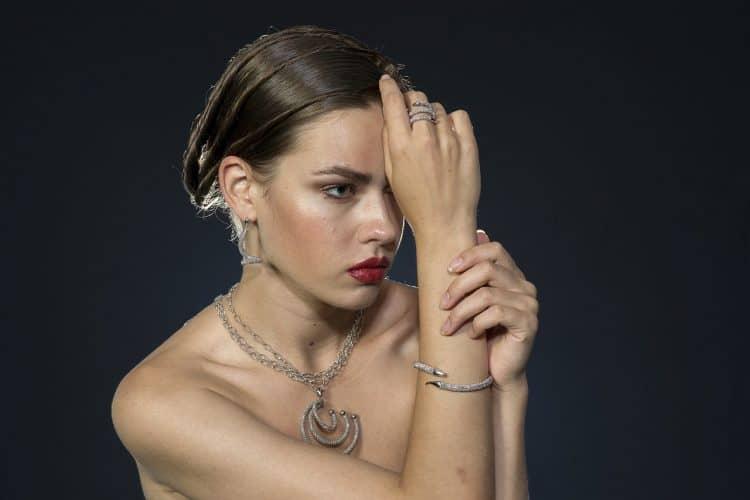 דוגמנית תכשיטים