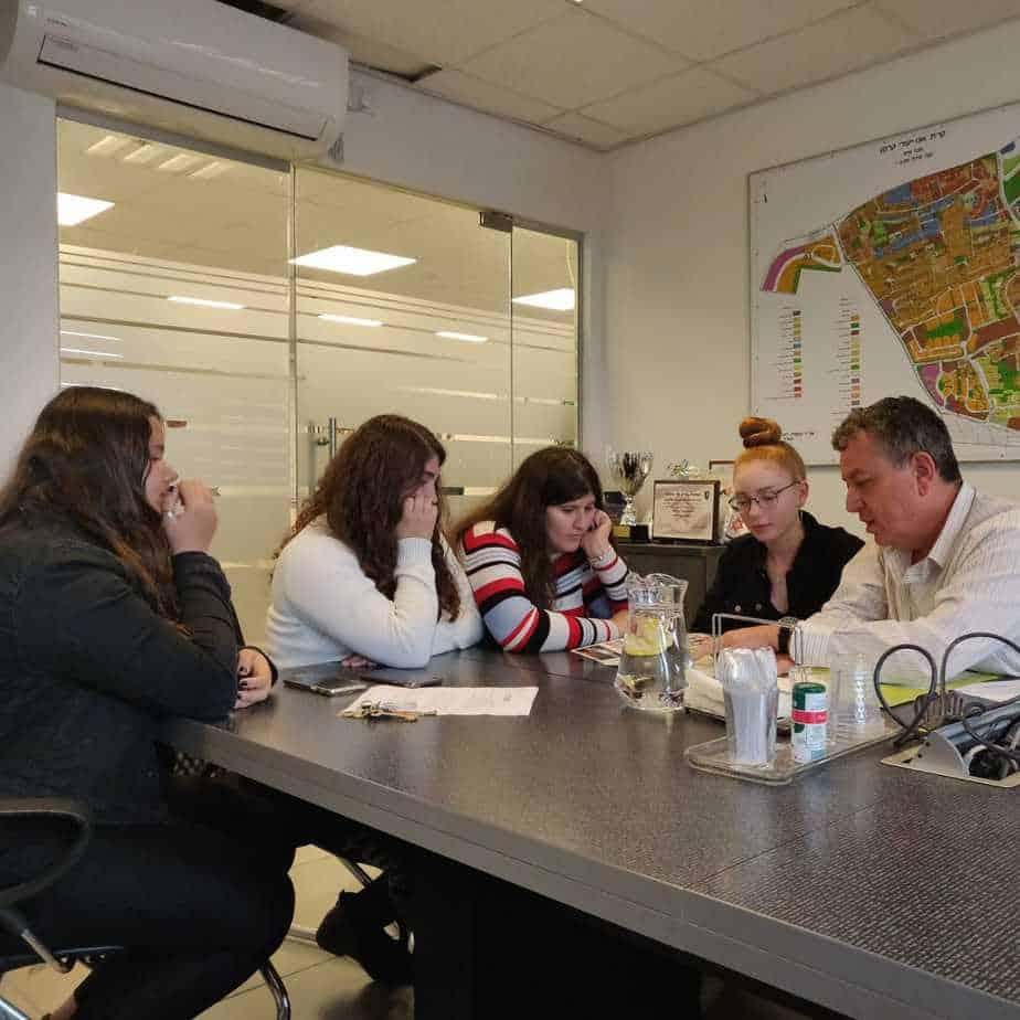 פגישה עם ראש העיר לקבוצת אקטיביזם משזר - ישראל גל, נגה בר שלום, רומי דוד, הילה פיין ואגם גולן. צילום: דוברות העירייה