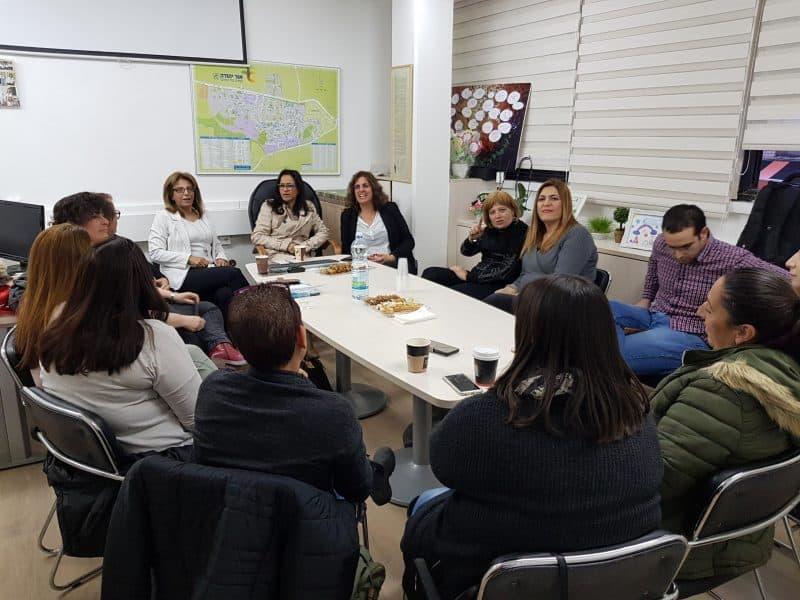 בתמונה: ראש העיר, ליאת שוחט, ומנהלת אגף החינוך, דלילה אשכנזי, עם הגננות צילום: דוברות עיריית אור יהודה