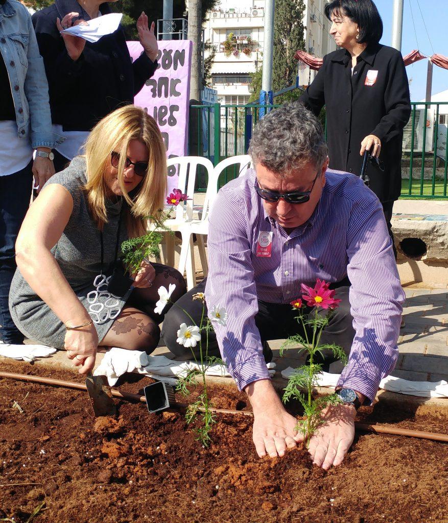 ישראל גל ונדיה חסון מנהלת בית הספר ניר שותלים בגינה לזכר רונה רמון הוגרת בית הספר
