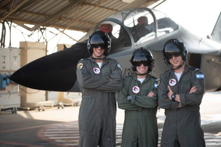 שלושה טייסים מתיכון בקריית אונו