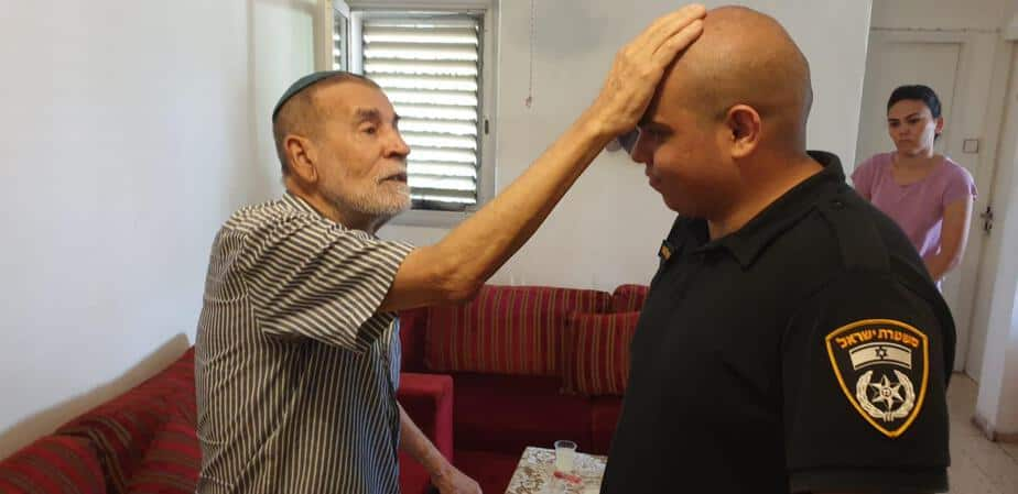 שוטרים מסייעים לניצול שואה מגבעת שמואל