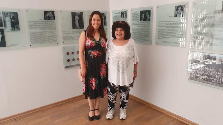 חברת הכנסת מאי גולן עם אמה במוזיאון