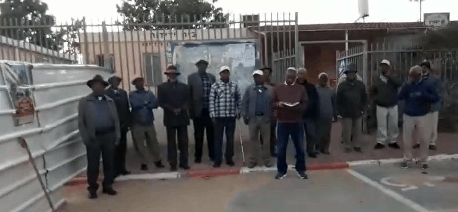 חברי הקהילה האתיופית מתפללים בחוץ