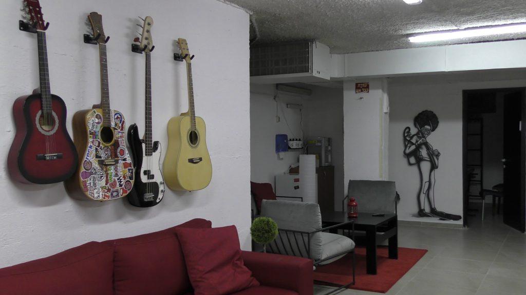 גיטרות במקלט מוזיקה