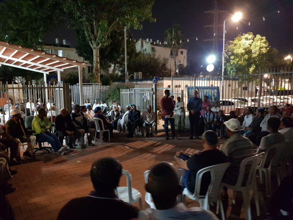 בני העדה נותרים מחוץ לשערי בית הכנסת