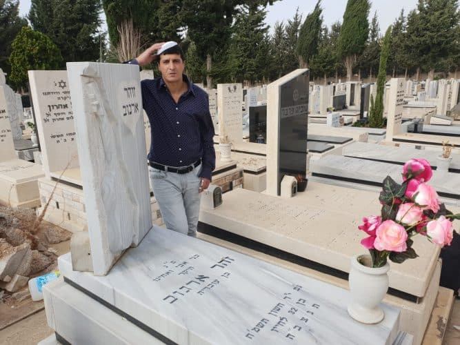גילי ארגוב ליד קבר אביו צילום רוני שדה