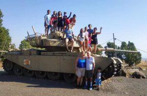 משפחת אורמן ליד הטנק