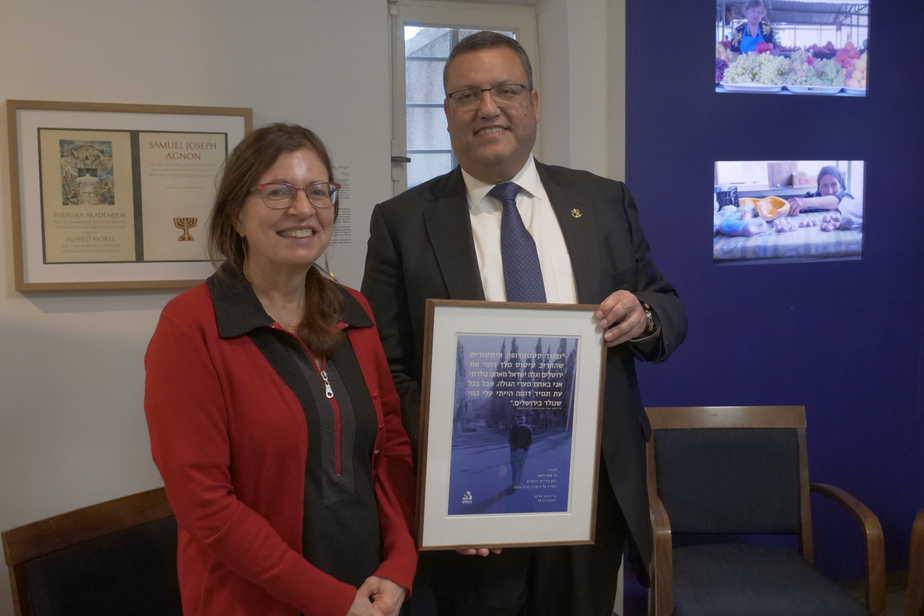 ראש עיריית ירושלים עם יעל בלאו נכדתו של עגנון צילום אודי אלפסי סטודיו טרנקילו