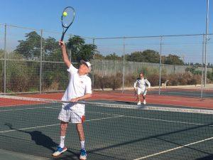 מנחם אורמן משחק טניס צילום באדיבות בנו בועז