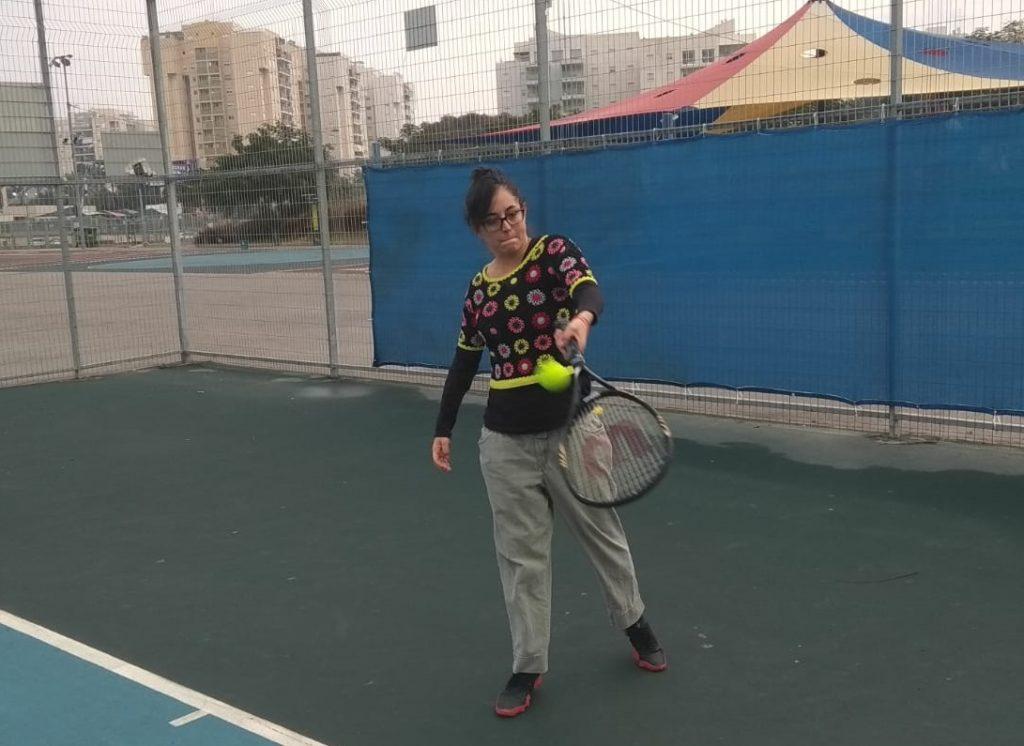 נטלי משחקת טניס
