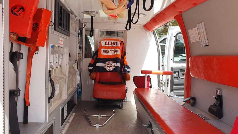 """אמבולנס עם מחיצה לבידוד הנהג. צילום: דוברות מד""""א"""