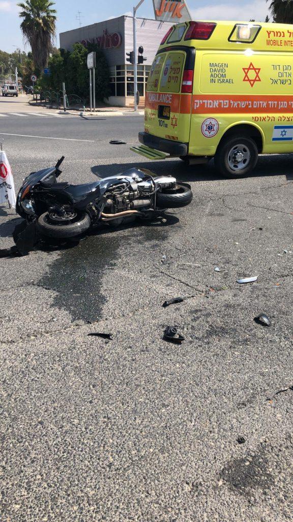 אופנוע נפגע בתאונה בכביש 461. צילום: אונו ניוז