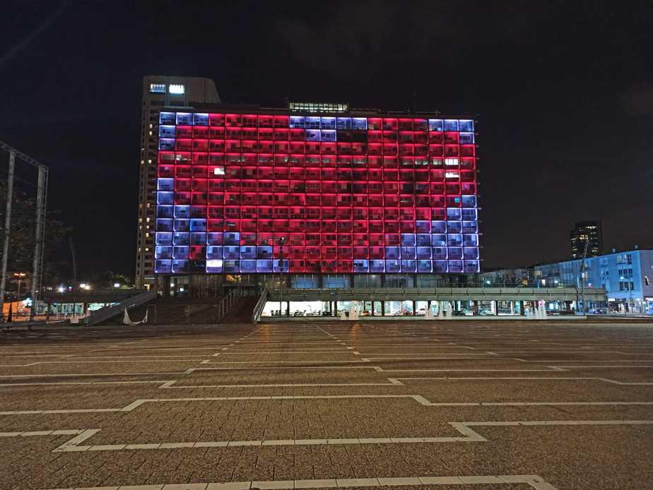 עיריית תל אביב במסר לתושבי בני ברק. צילום: נטלי פורטי