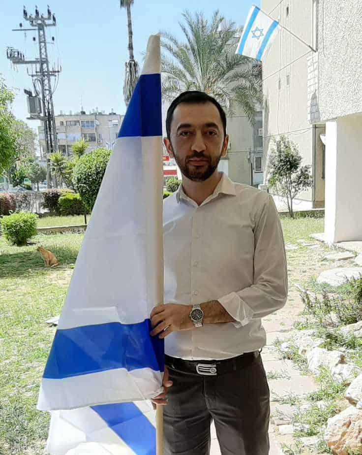 שלמה סיונוב עם הדגל. צילום משפחתי