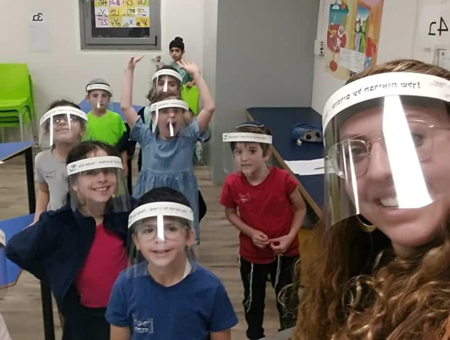 תלמידי בית הספר נריה עם המסיכות. צילום: דוברות עיריית גבעת שמואל
