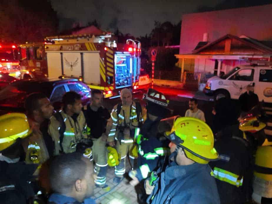 צוותי כיבוי אש. צילום: דוברות כבאות והצלה בני ברק