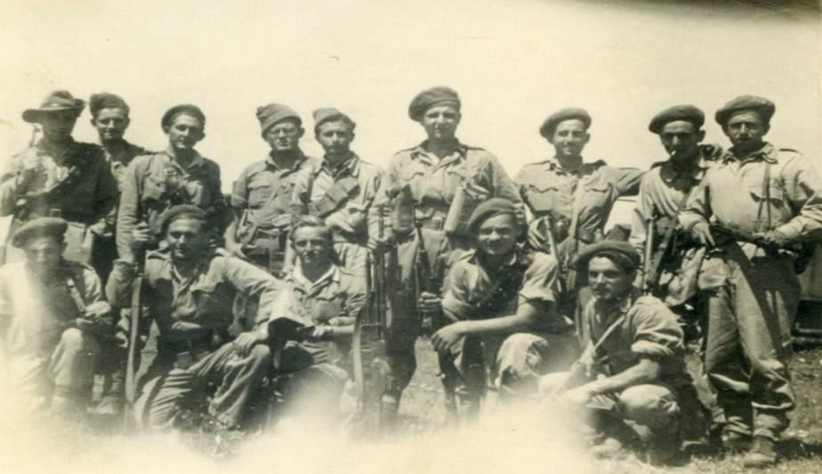 אליעזר דובדבני ז״ל (בשורה האחורית, רביעי משמאל) לפני היציאה לקרב על כפר סבא. צילום: באדיבות המשפחה