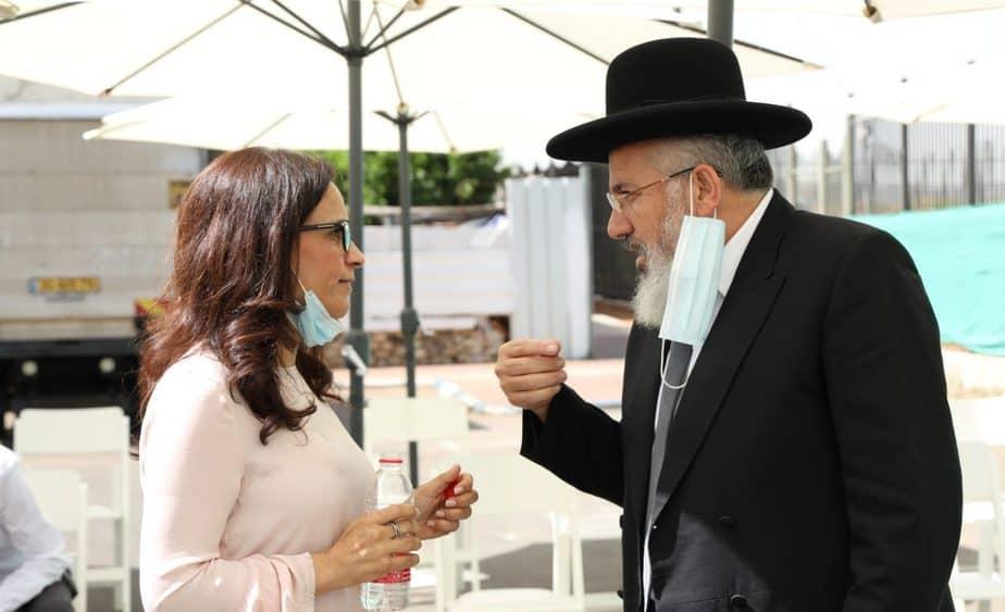 הרב ציון כהן וראש העיר ליאת שוחט