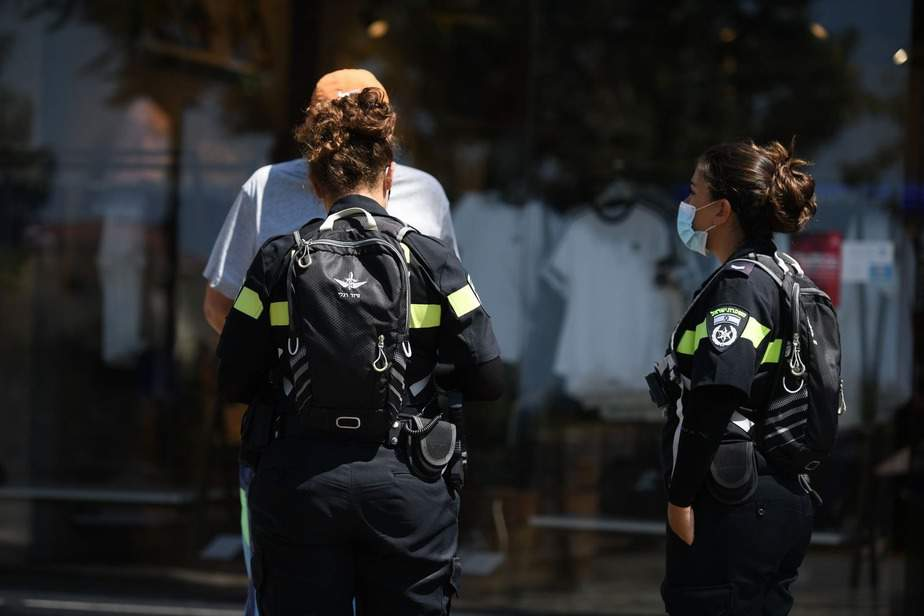 שוטרים אוכפים קורונה