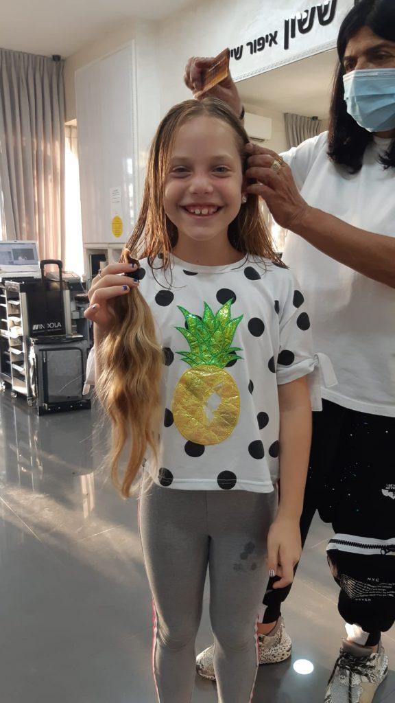 שירה עם יוני גביזון מעצבת השיער (צילום: עופרה חופי)