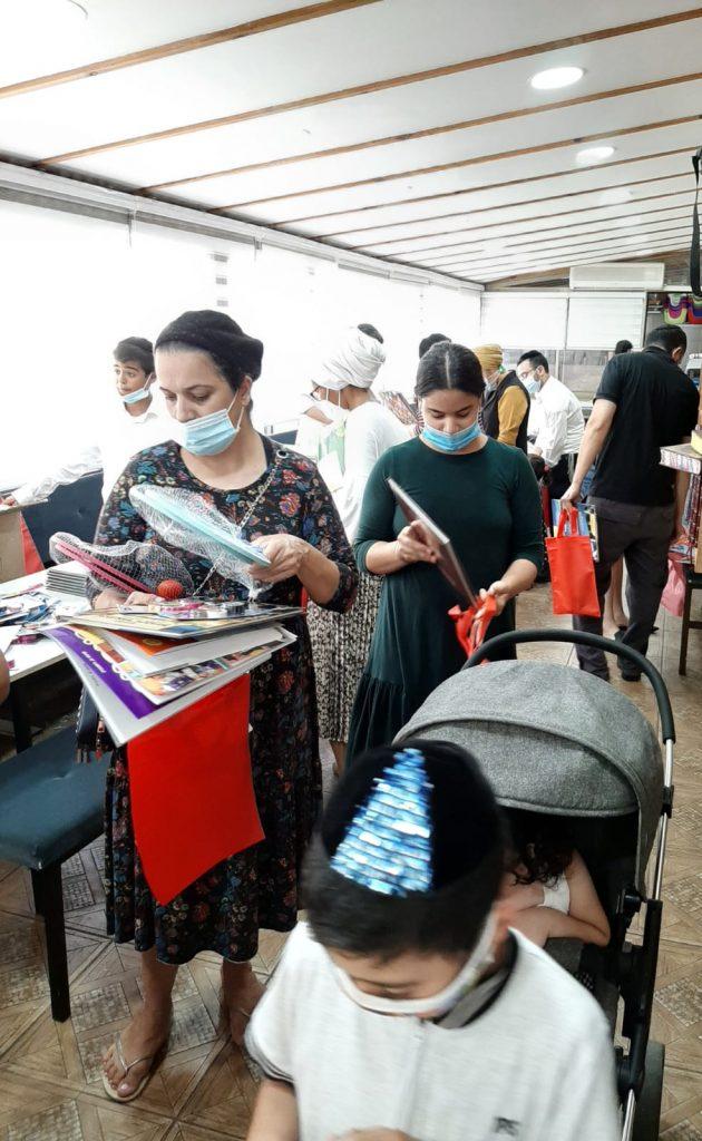 חלוקת חוברות לתושבים. צילום: פרטי