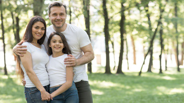 portrait-happy-family-white-t-shirt-standing-together-park_23-2148201658 פרי פיק גל חזיזה מאמר 12)