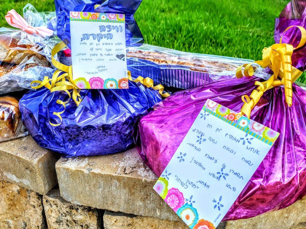 עוגות לקשישים (צילום: מגן יהוד מונוסון)