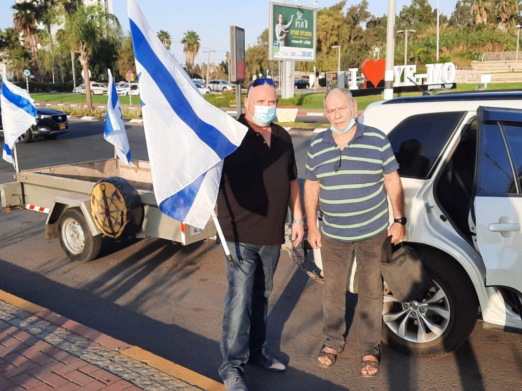 מפגינים עם דגל ישראל (צילום יובב גוניקמן)