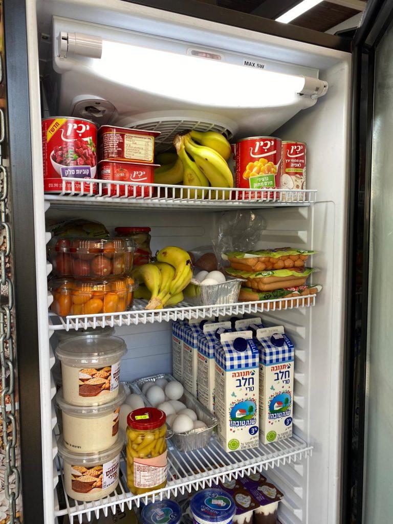תרומה משותפת של עסקים ותושבים. המקרר הקהילתי (צילום: דוברות גני תקווה)