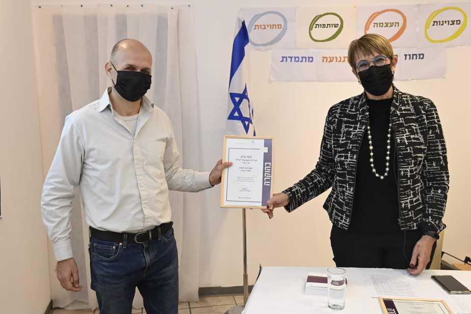 נתי ברק משרד החינוך חיה שיטאי, מנהלת מחוז תל אביב מעניקה את הפרס (צילום: חורחה נובומינסקי)